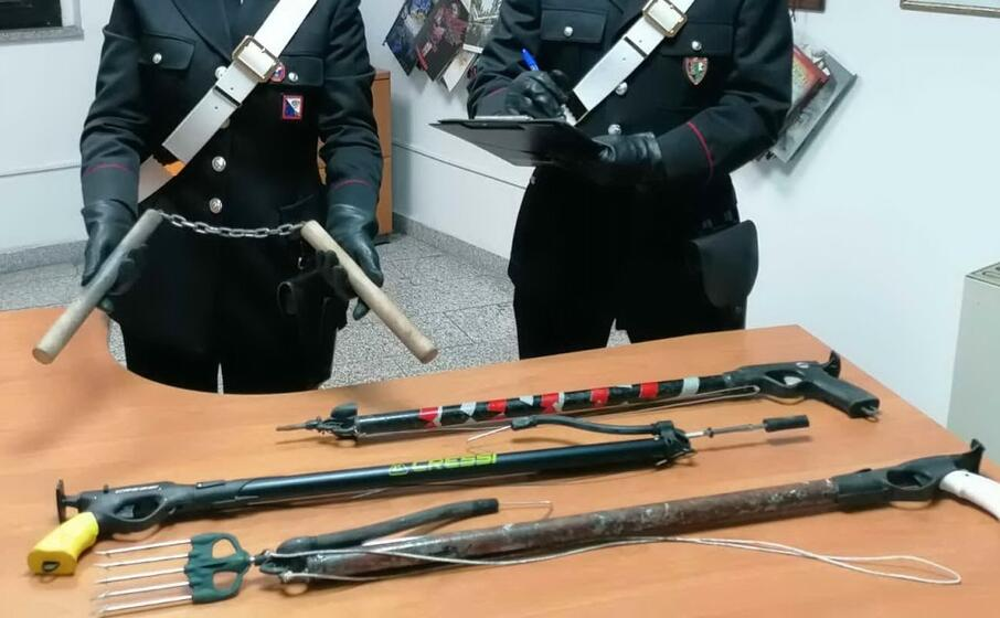 gli oggetti sequestrati (foto carabinieri)