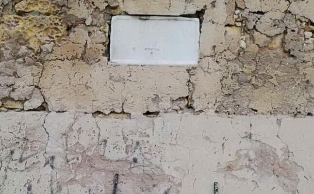 l epigrafe vandalizzata (foto m pala)