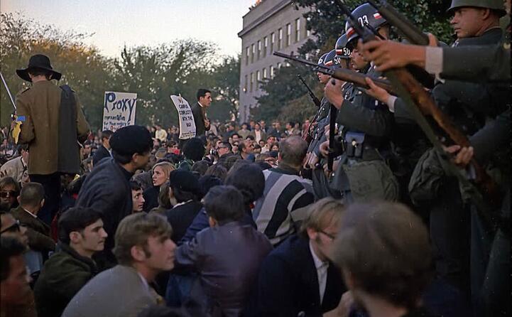 proteste contro l intervento militare davanti al pentagono