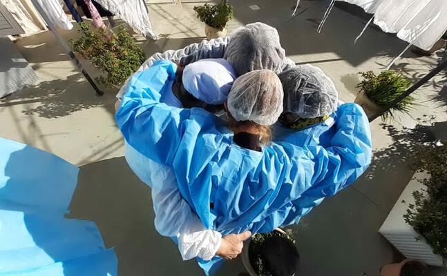 un abbraccio tra le operatrici a seguito dei referti tutti negativi degli ultimi tamponi effettuati sugli ospiti della struttura (foto farris)