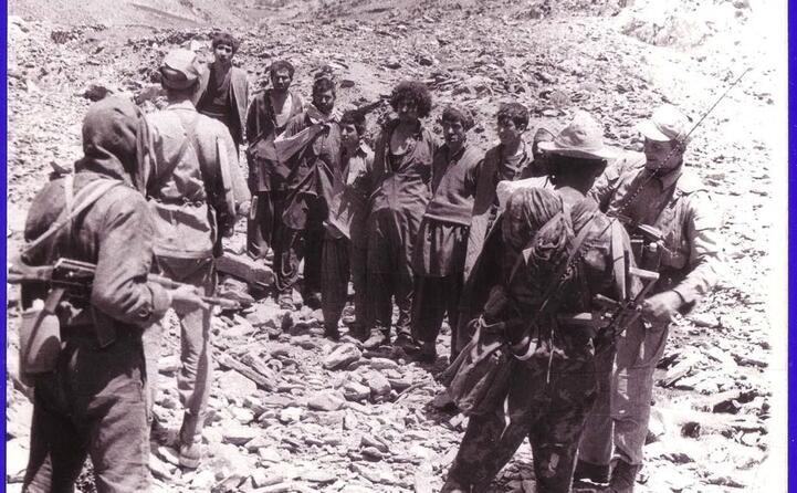 truppe sovietiche con prigionieri di guerra