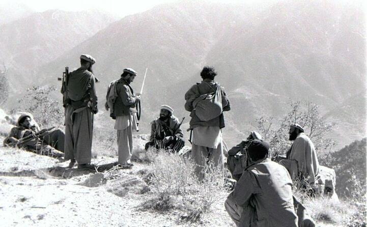 un gruppo di mujaheddin
