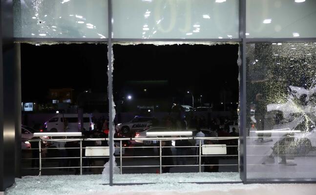 i danni all aeroporto dopo l attacco (foto ansa epa)