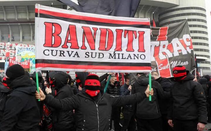 cartelloni fuori dallo stadio