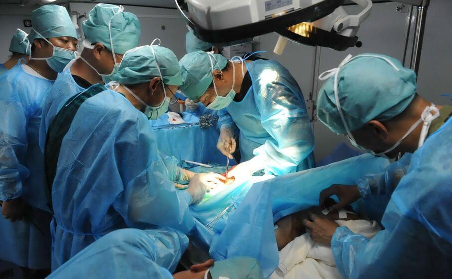 un quipe chirurgica impegnata nella ricostruzione di un padiglione auricolare