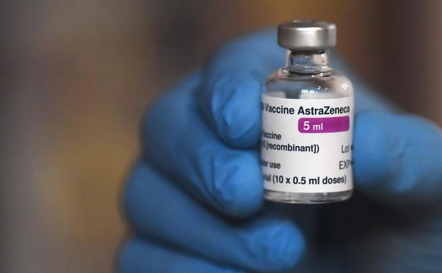 il vaccino astrazeneca (foto ansa epa)
