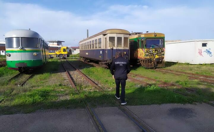 treni storici abbandonati scattano i sequestri