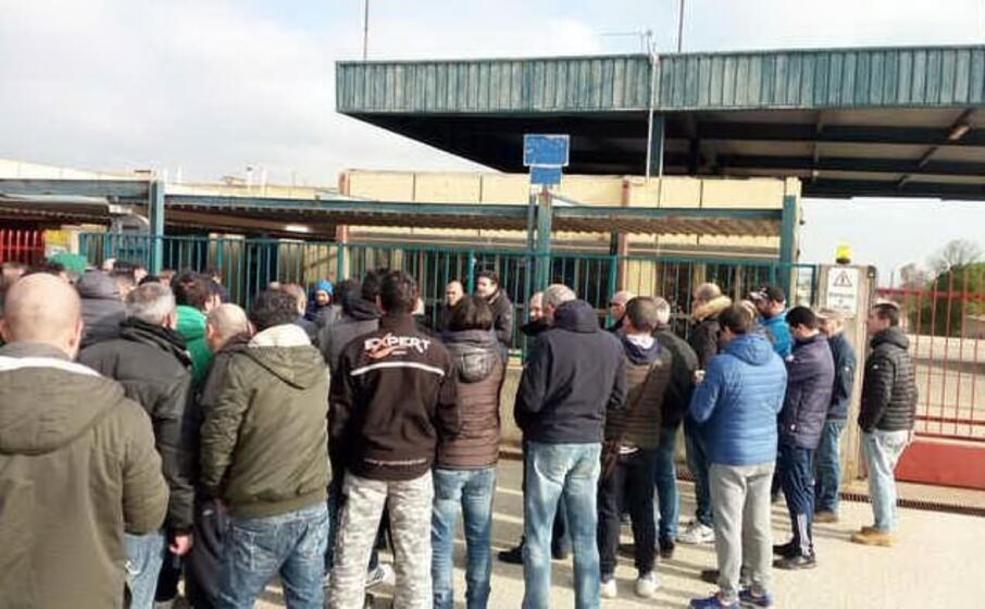 una protesta dei lavoratori keller (ansa)