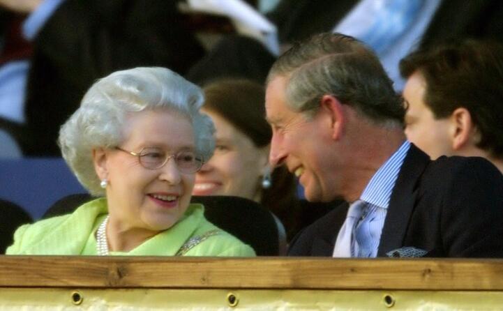 carlo e sua madre la regina elisabetta
