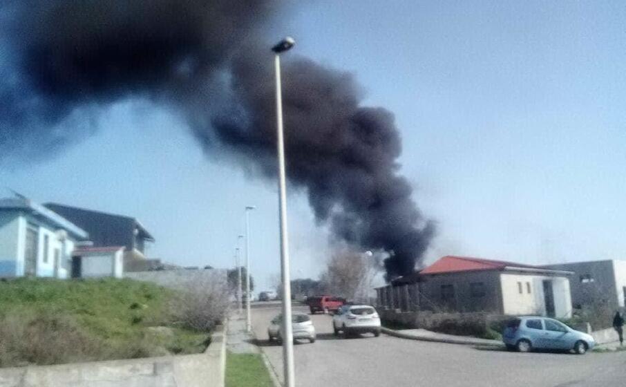 il capannone a fuoco (foto j pintus)