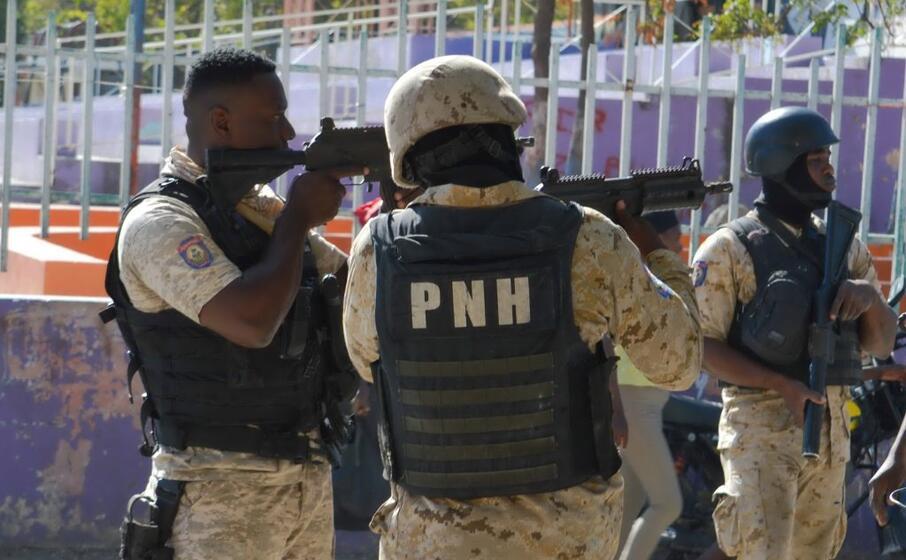 forze di polizia fuori dal carcere (ansa coutin)