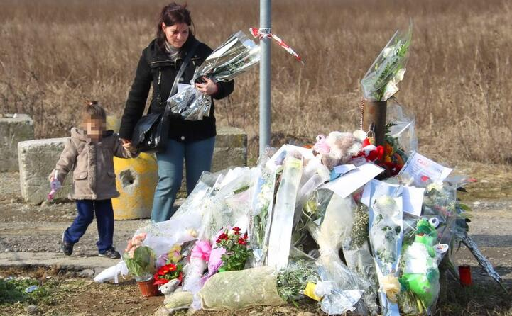 i fiori come segno di omaggio alla ragazzina
