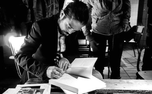 Lo scrittore Flavio Soriga (foto Serena Carta dal libro Gift)