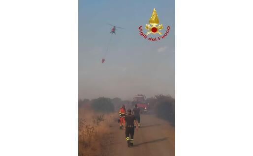 I pompieri in azione (foto Vigili del fuoco)