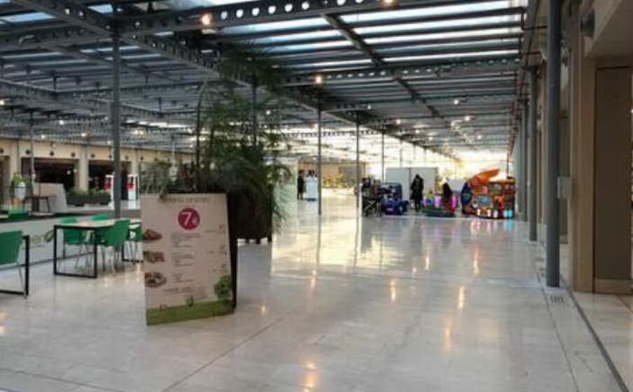 l interno vuoto di un centro commerciale (ansa)
