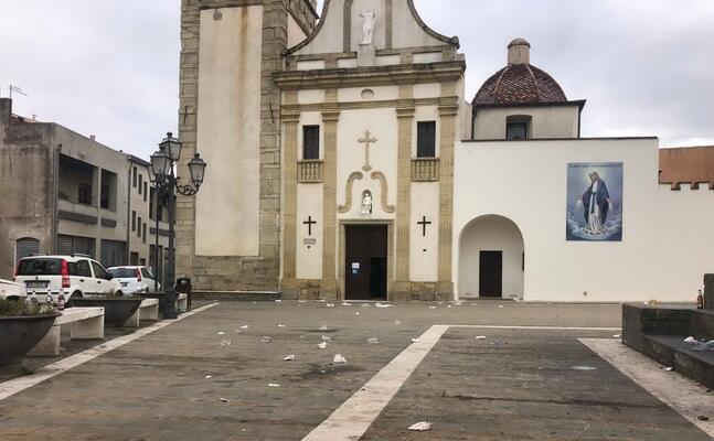 la piazza invasa dai rifiuti (foto sirigu)
