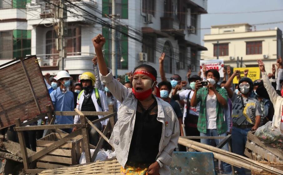 un manifestazione a mandalay (ansa)