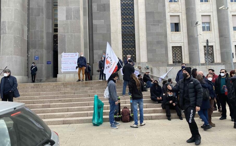 attivisti in sit in attendono matteo salvini davanti al tribunale (foto murgia)