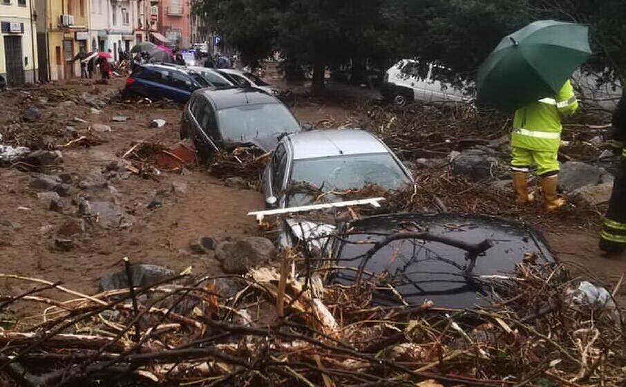 bitti strade e auto ricoperte dal fango (archivio l unione sarda gual )