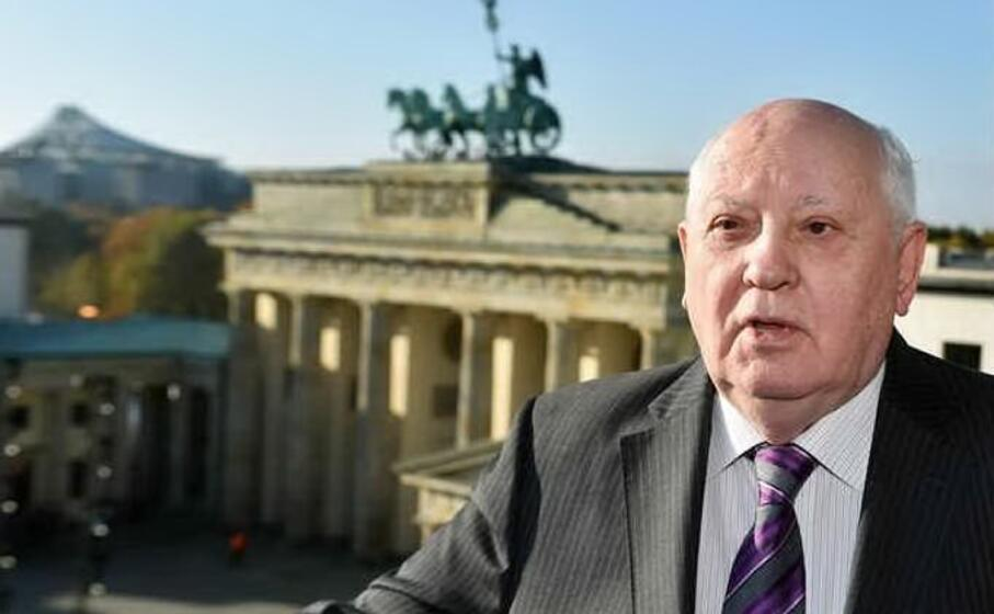 mikhail gorbaciov alla porta di brandeburgo (foto ansa epa)
