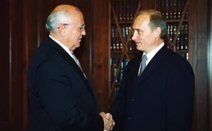 stringe la mano all attuale presidente russo vladimir putin (foto wikipedia)