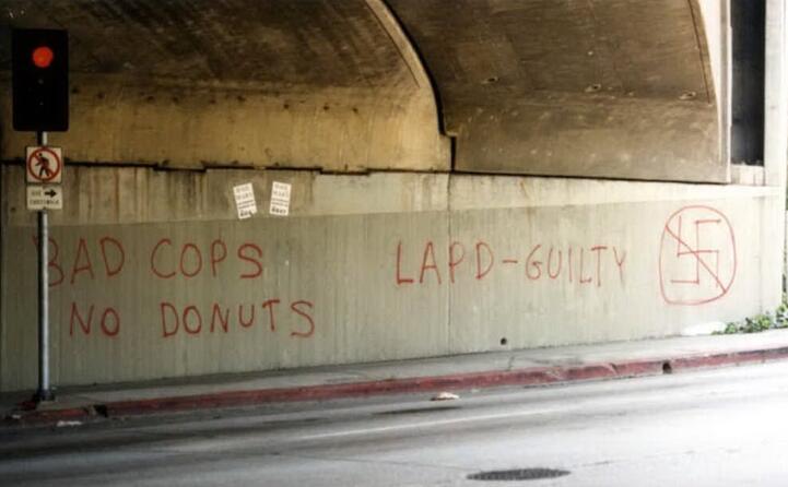 graffiti contro le forze dell ordine (foto wikipedia)