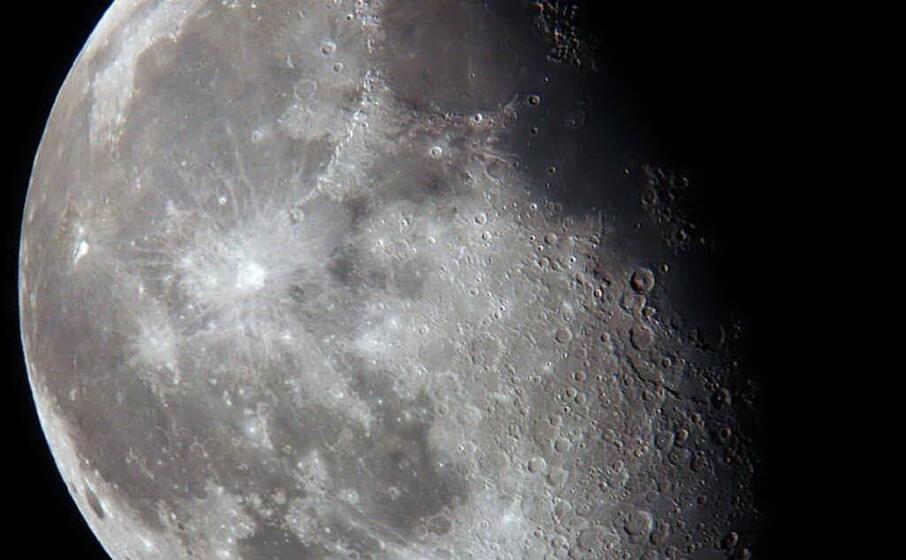 la luna ripresa al telescopio del planetario de l unione sarda (archivio l unione sarda)