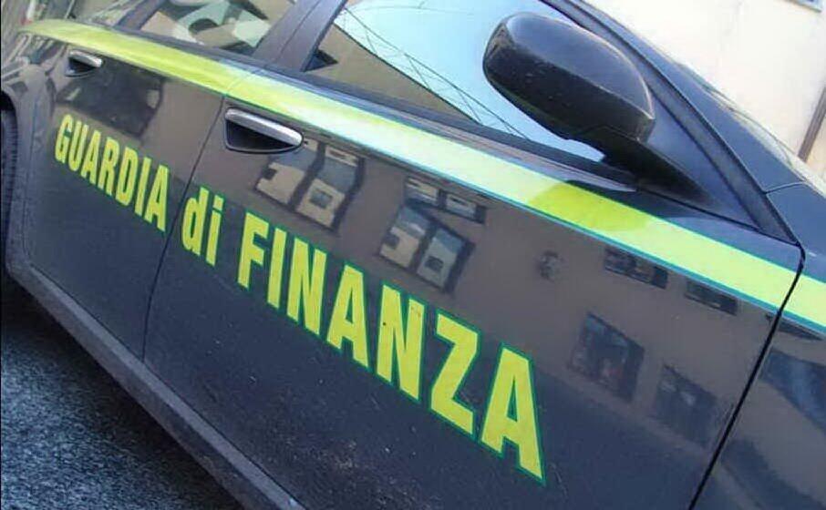 un auto della finanza (archivio l unione sarda)