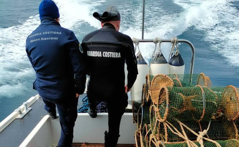 la guardia costiera con le nasse sequestrate (foto guardia costiera)