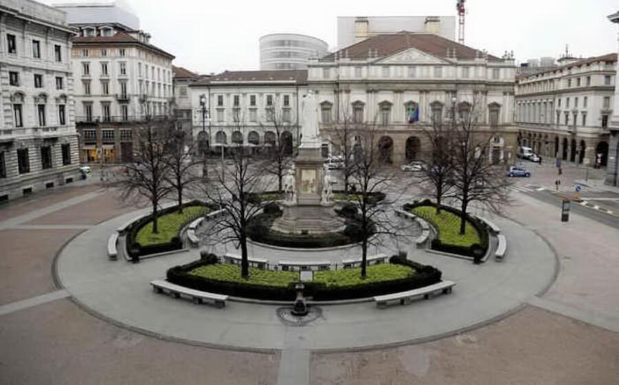 piazza della scala a milano (ansa)