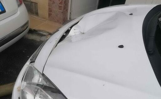 Un'auto danneggiata (L'Unione Sarda - Pinna)