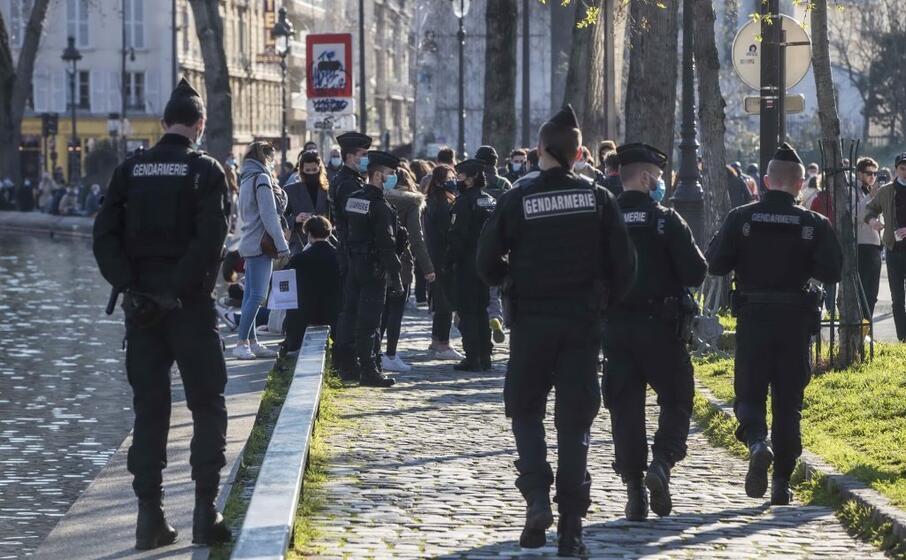 polizia impegnata a disperdere assembramenti a parigi (foto ansa)
