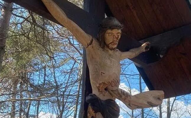il crocifisso vandalizzato (ansa)
