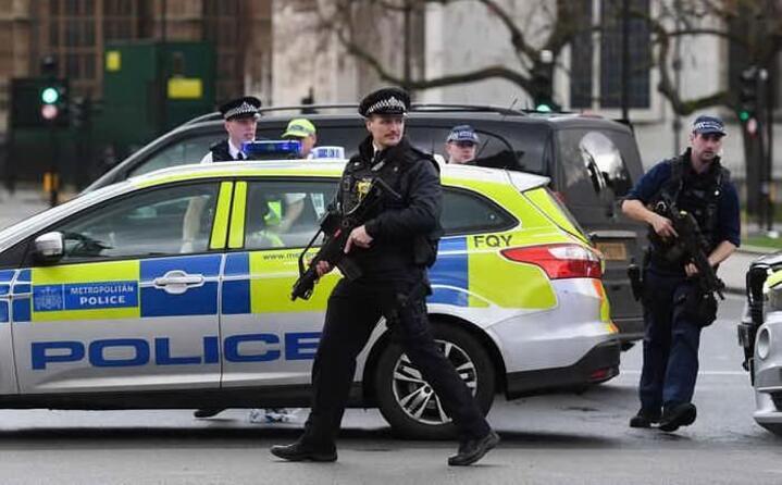 sei le vittime attentatore compreso una cinquantina i feriti