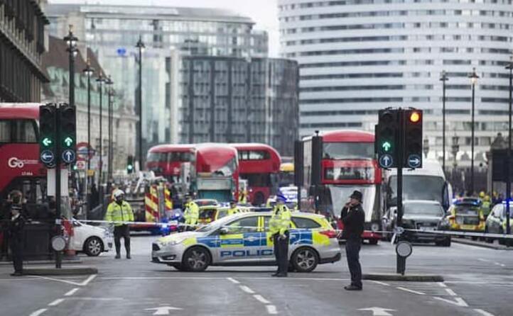 un terrorista prima travolge i pedoni sul ponte