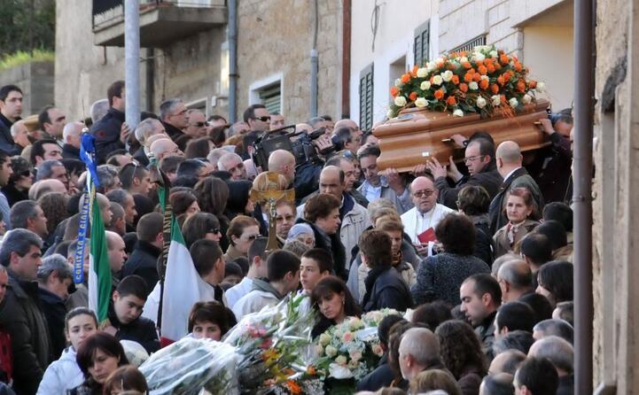 i funerali di dina dore (tutte le foto sono archivio l unione sarda locci)