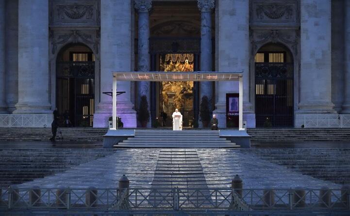 accaddeoggi 27 marzo 2020 il papa prega per la fine del covid