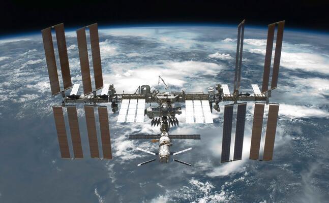 la stazione spaziale internazionale scattata da un membro dell equipaggio della sts 134 sulla navetta spaziale endeavour (foto nasa)