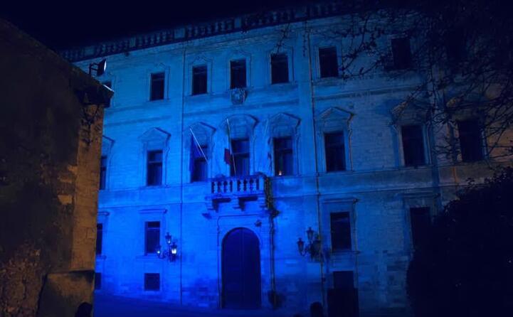 il palazzo ducale sede del comune di sassari illuminato di blu