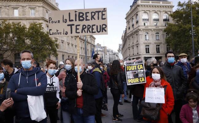 manifestazione a parigi (ottobre 2020) dopo l omicidio di samuel paty ( foto epa yoan valat )