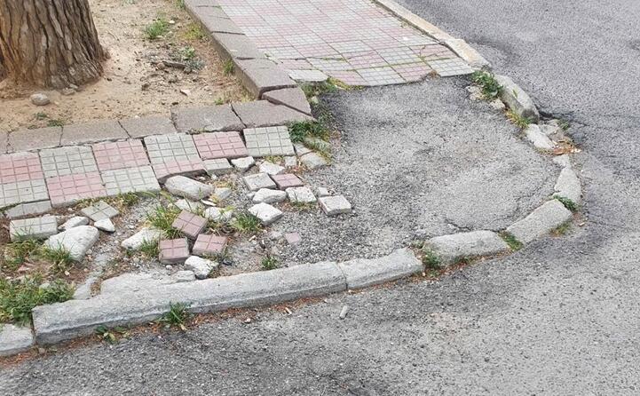 lo stato di un marciapiede
