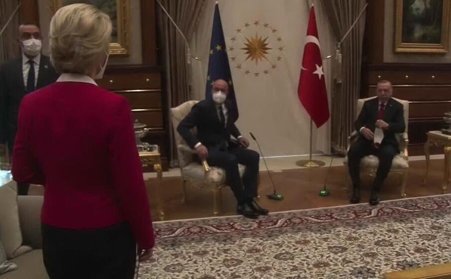 ursula von der leyen resta senza sedia (frame da video)
