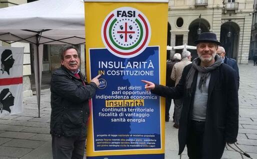A sinistra Renzo Caddeo in piazza per la battaglia sull'insularità (foto Fasi)