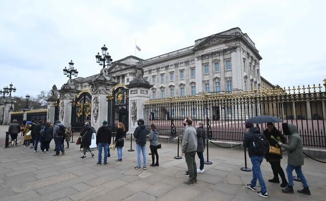 sudditi in processione a buckingham palace per rendere omaggio al principe filippo (ansa)