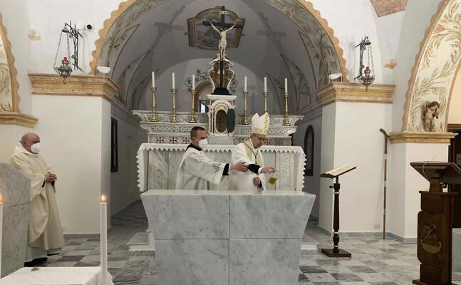 il rito di dedicazione del nuovo altare il vescovo antonello mura e il cerimoniere don luca fadda (foto secci)