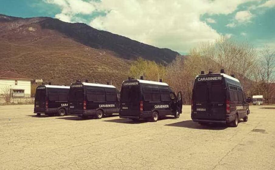 la camionette dei carabinieri (ansa)