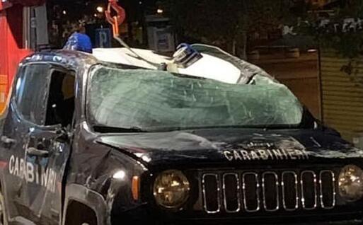 L'auto dei carabinieri distrutta (foto Pili)