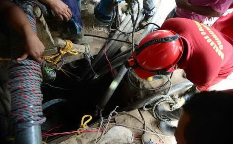 operazioni di salvataggio dopo il crollo in una miniera in colombia (foto ansa epa)
