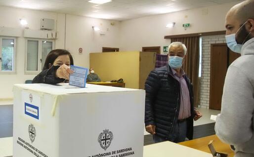 Operazioni di voto alle Comunali in Sardegna (foto archivio L'Unione Sarda)