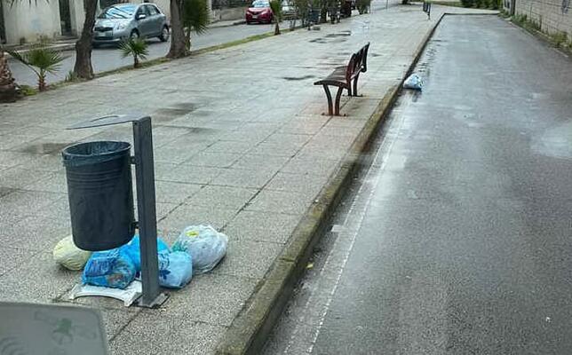 rifiuti nella strada del canale tombato (foto concessa)